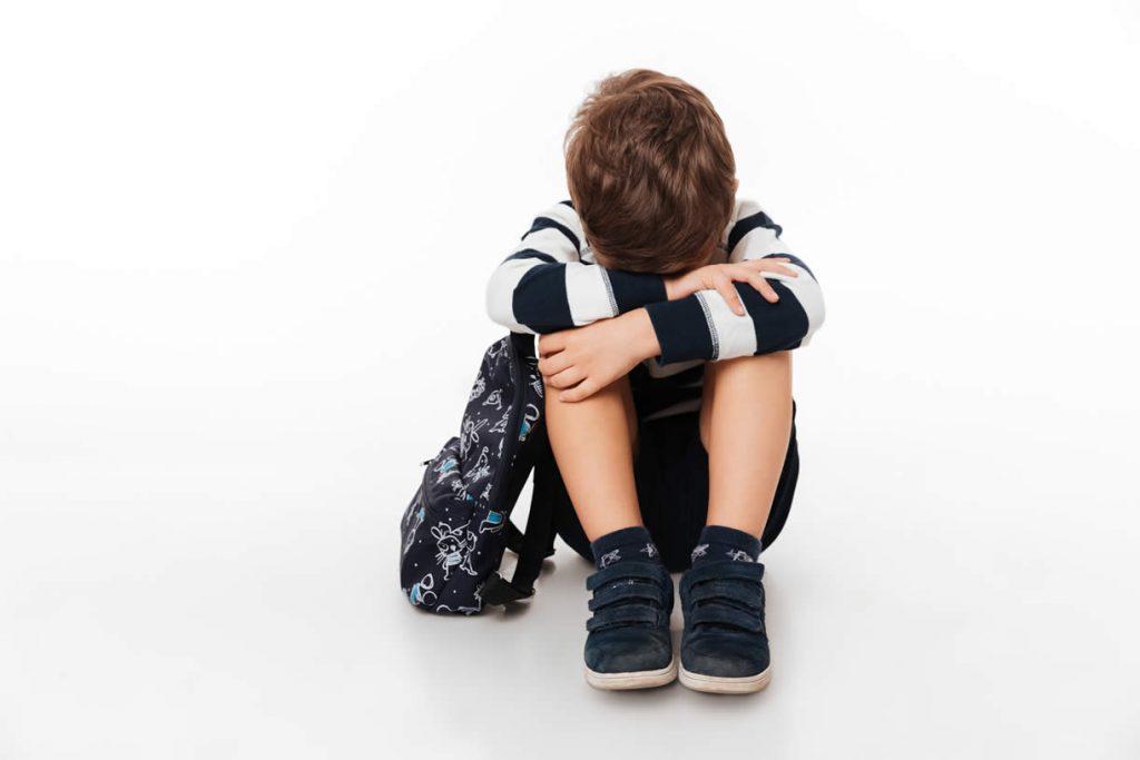 Niño con miedo por ir al colegio