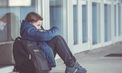 Niño mochila colegio