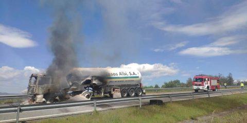 Camión ardiendo en A-52
