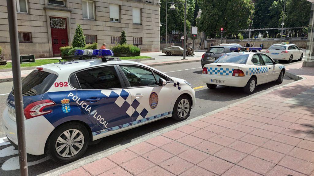 Coches de la Policía Local en el Parque de San Lázaro