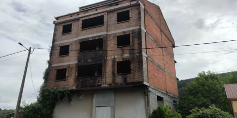 Feismo en Ribadavia edificio sin acabar