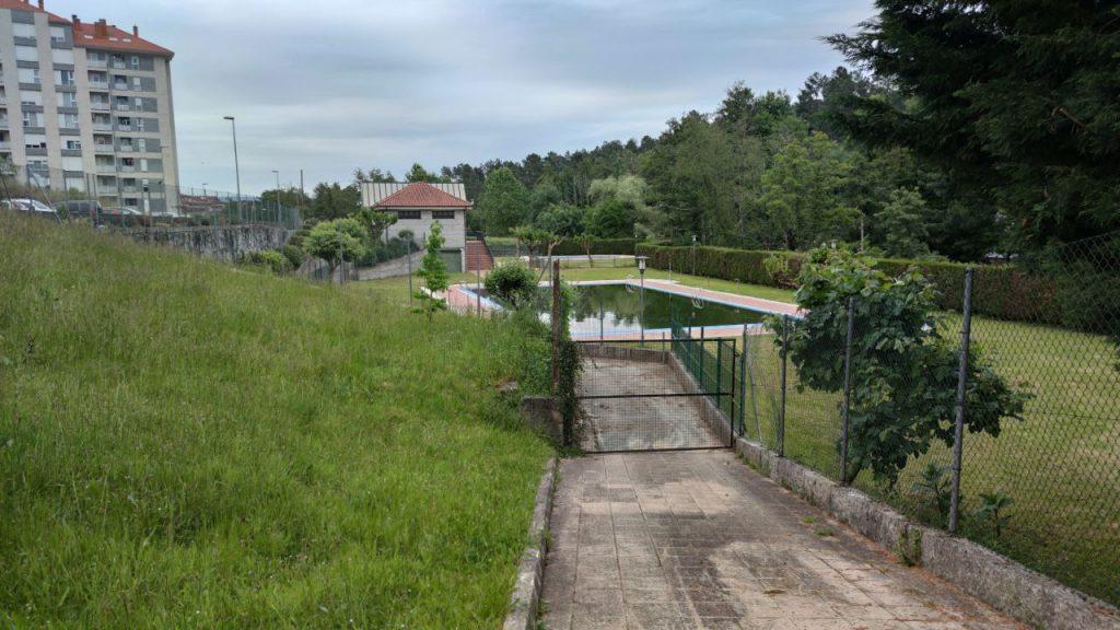 Hierba alta en los jardines de las Piscinas de A Valenzá