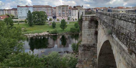 Puente Romano con Río MIño y barrio de A Ponte