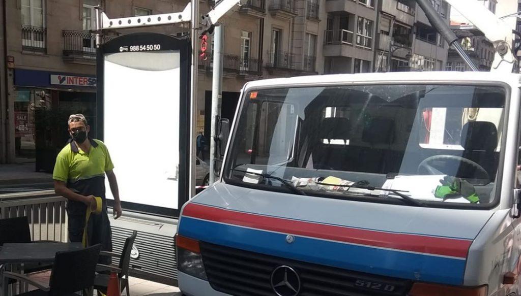 Retirada de Mupi en Ourense