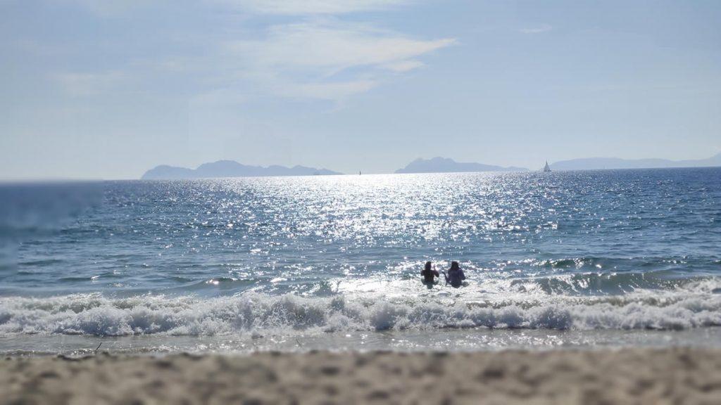 Playa se Samil en Vigo con Islas Cies al fondo en un atardecer