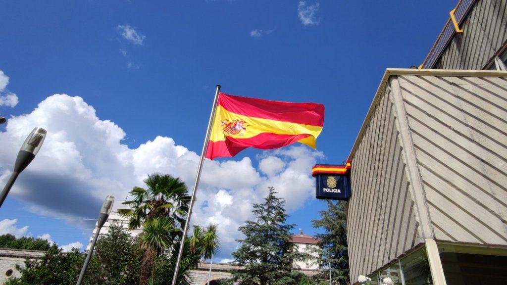 Bandera de España en Comisaria de Policía