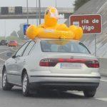 Flotador hinchable encima del coche fotos graciosas y divertidas humor