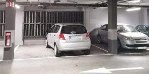 Coche aparcado en dos plazas de Mercadona