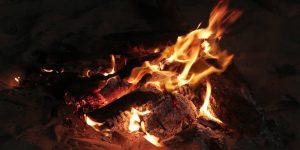 Fuego y hoguera en la playa