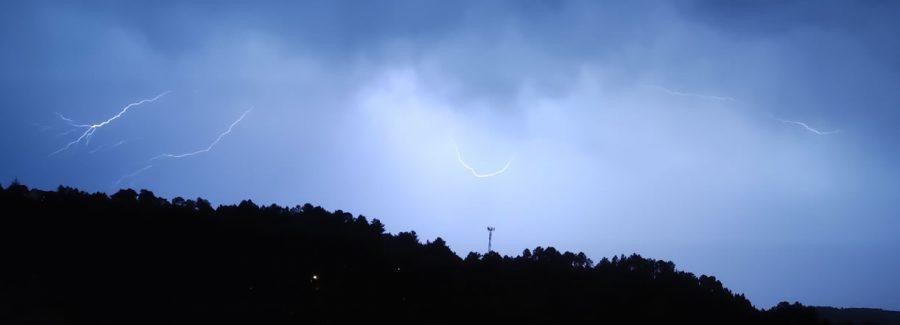 Tormenta en Ourense con truenos relámpagos lluvia y temporal tiempo